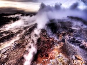 Humo sobre las rocas volcánicas