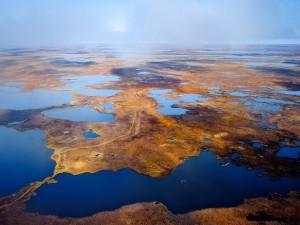 Vista de un paisaje con agua y tierra