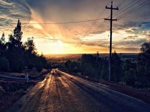 Carretera solitaria al amanecer