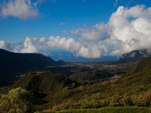 Nubes blancas sobre el valle