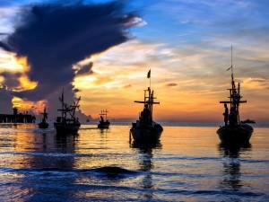 Barcas en el mar al amanecer