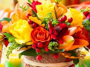 Bello arreglo floral en una cesta