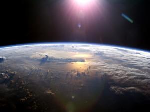 El planeta Tierra iluminado por el sol