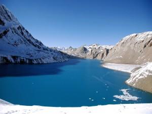 Nieve en torno a un bonito lago