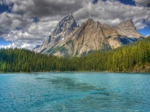 Nubes de tormenta sobre las montañas y el lago