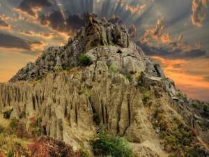 Bonito cielo sobre la montaña rocosa