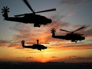 Helicópteros militares sobre una ciudad al amanecer