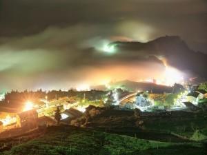 Casas iluminadas en la noche