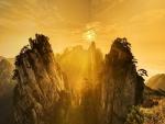 Sol iluminando el cielo y las rocas