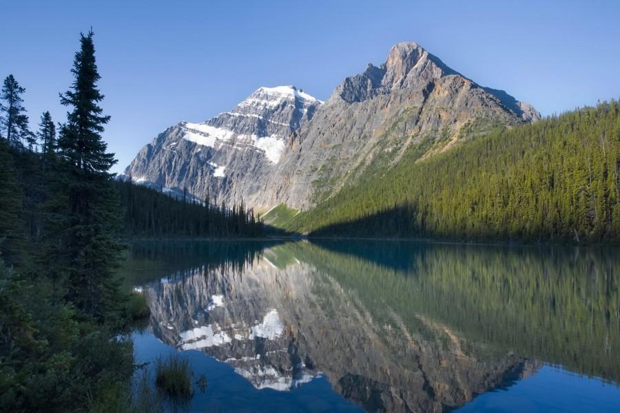 Dos montañas reflejadas en el lago