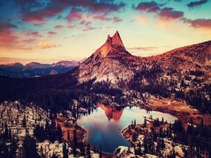 Nieve en la montaña y el lago