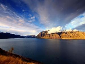 Montañas a orillas del agua