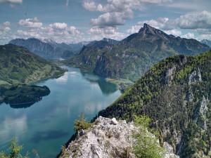 Río entre verdes montañas