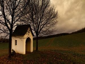Pequeña capilla en el campo