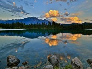Pequeñas nubes reflejadas en el lago