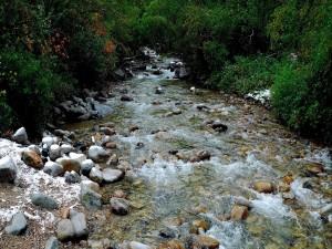 Nieve sobre las piedras de un río