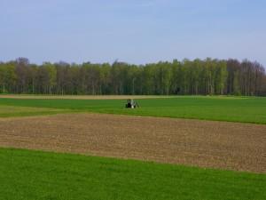 Tractor trabajando en el campo