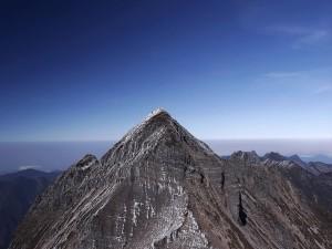 Cielo azul sobre la cima de la montaña