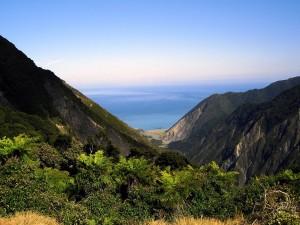 El mar visto entre montañas