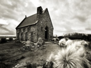 Iglesia de piedra en blanco y negro