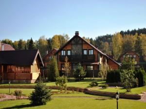 Jardines junto a unas casas de madera