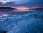 Amanecer sobre un lago congelado