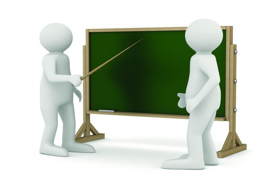 Profesor y estudiante frente a una pizarra