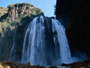 Cielo azul sobre la cascada