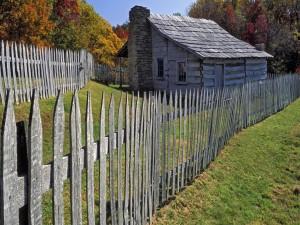 Cabaña rodeada por una valla de madera