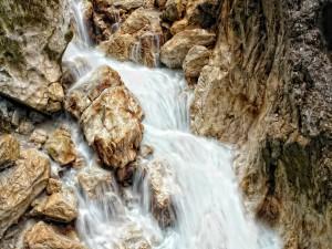 Agua fluyendo entre las rocas