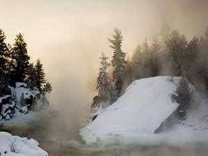 Nieve y niebla junto a un río
