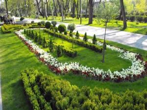 Bonito jardín en un parque
