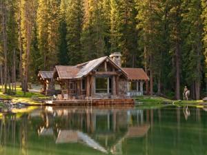 Bella casa frente a un lago