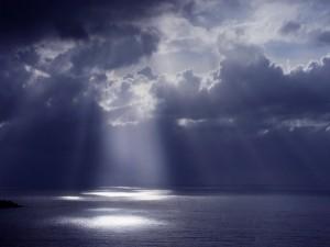 Rayos de sol en la superficie del mar