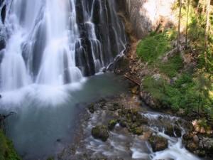 Cascada en un río