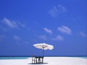 Mesa y silla en una playa