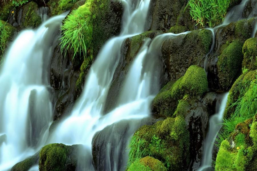Agua cayendo sobre las rocas