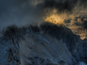 Montaña cubierta de nubes y hielo
