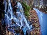 Cascada junto a un camino