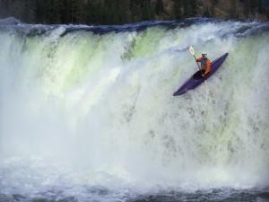 Piragüista en una cascada