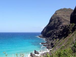 Mar azulado en la costa