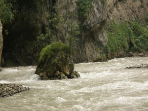Roca en el cauce de un río