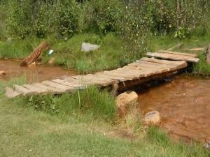 Pasarela de madera sobre un pequeño río