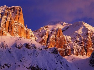 Montañas cubiertas de nieve iluminadas por el sol