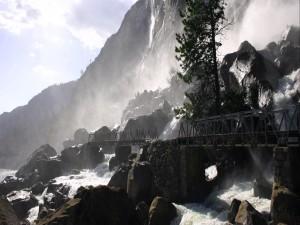 Puentes junto a las cascadas