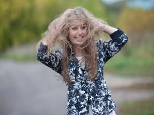 Muchacha feliz con el pelo desordenado