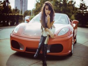 Chica sentada en un magnífico Ferrari