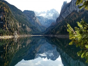 Montañas reflejadas en un lago en calma