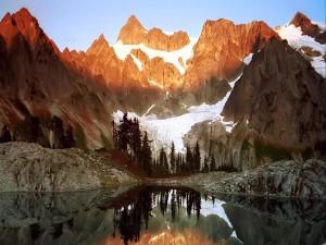Luz del sol iluminando las montañas