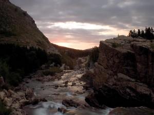 Amanece frente al cauce de un río